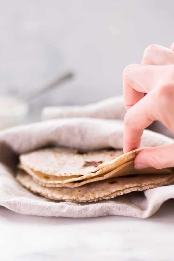 Schließen Sie oben von Maniokmehl-Tortillas, die mit einem Küchentuch bedeckt werden, um warm zu bleiben.
