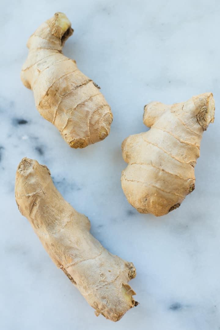 Draufsicht auf frischen Ingwer, bereit, für gesunde Ingwermelasseplätzchen gehackt zu werden