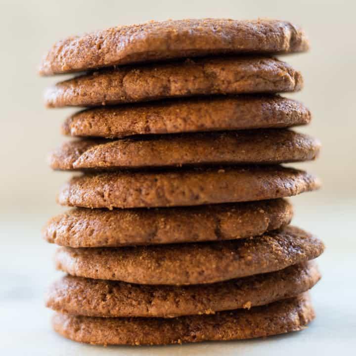 Liebhaber sauberer Kekse werden diese nicht raffinierten Zucker-, vegetarischen und milchfreien Kekse für gesunde Ingwermelasse lieben.  Weich, lecker und ach so fein, sie werden bald dein Favorit sein!