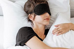 Studies show that sleep and weight loss are closely related. This post will explain why you need better sleep and how this will contribute to your weight loss journey. Bonus: Tips for great sleep!